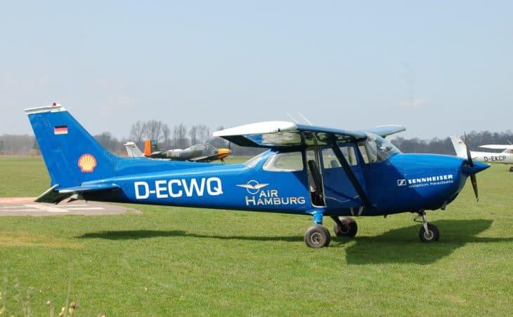 Cessna_172_Skyhawk_(D-ECWQ)_01