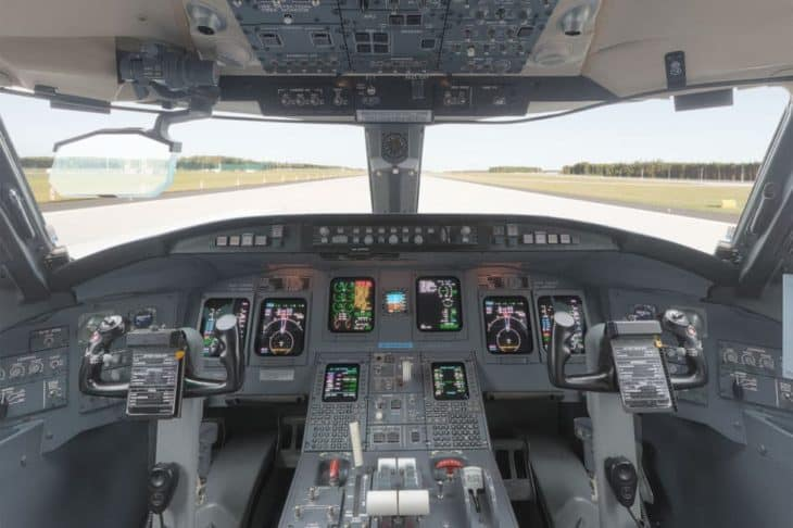 bombardier crj 900 cockpit flight deck