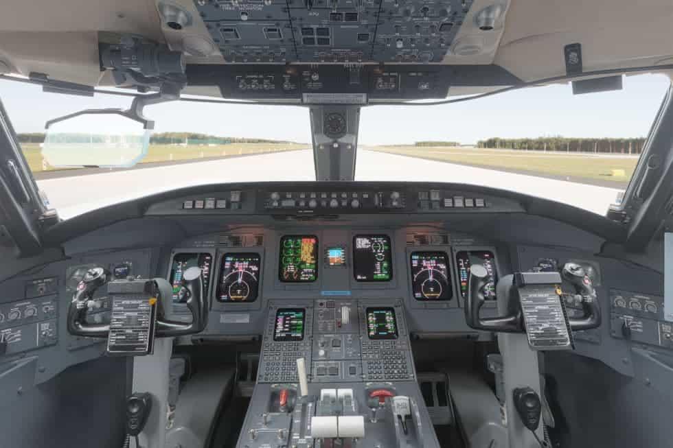 bombardier crj 900 cockpit flight deck
