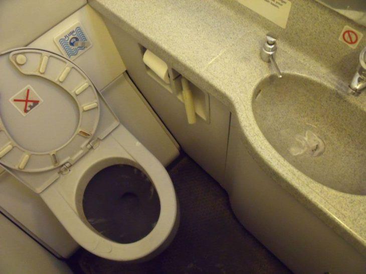 Airplane lavatory