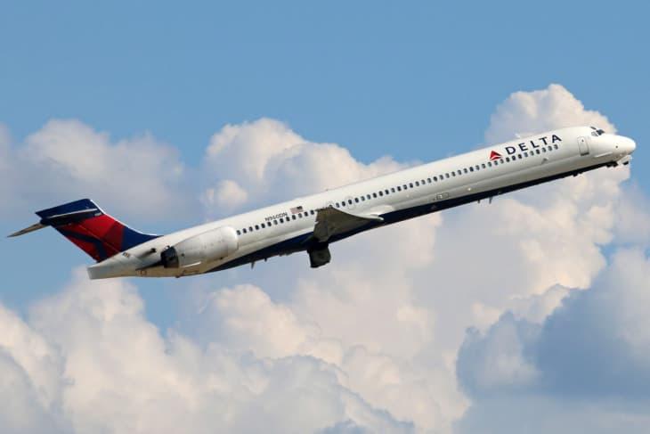 Delta MD 90 departing