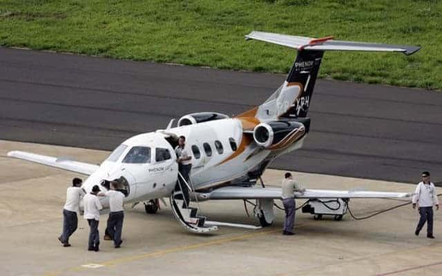 Embraer Phenom 300 and ground crew