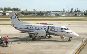 Embraer EMB 120 Brasilia grounded refueling crew